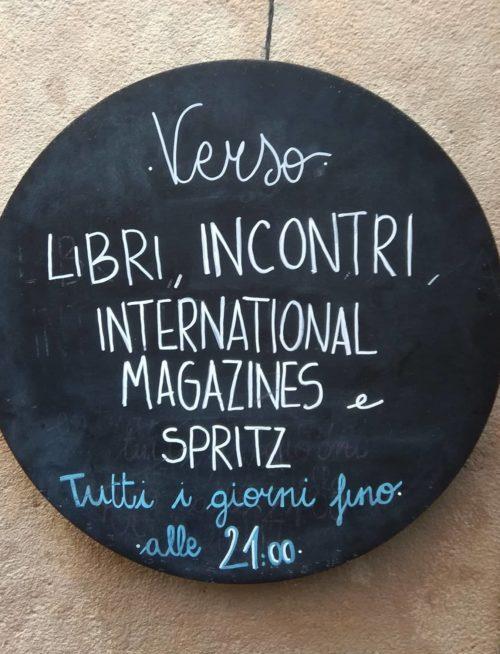 Party con una rivista da Verso Libri