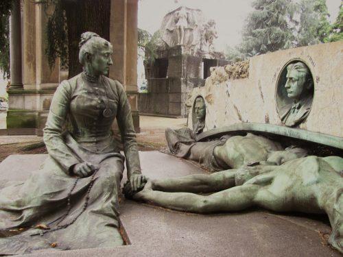 Al cimitero tra jazz, film e teatro